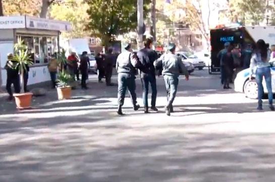 Ոստիկանները բերման են ենթարկում Ազատության հրապարակում հավաքված ցուցարարներին