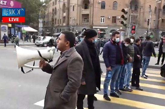 В Ереване проходит акция протеста, граждане перекрывают улицы в знак протеста против подписанного Николом Пашиняном документа (Видео)