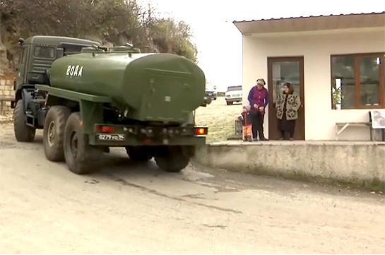 Ռուս խաղաղապահները խմելու ջուր են հասցրել Լեռնային Ղարաբաղի բարձր լեռնային գյուղերի բնակիչներին (Տեսանյութ)