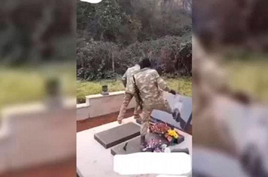 Ադրբեջանցի զինծառայողները հայկական գերեզմանաքար են ոչնչացրել (Տեսանյութ)