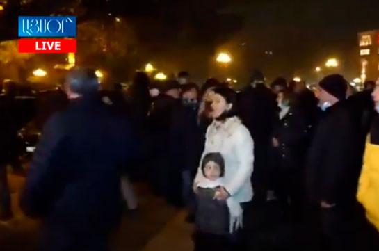 Граждане проводят акцию протеста перед правительством Армении (Видео)