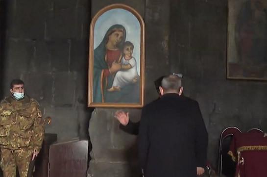 Սիսիանի եկեղեցու քահանան չսեղմեց Փաշինյանի ձեռքը և դուրս հրավիրեց եկեղեցուց (Տեսանյութ)