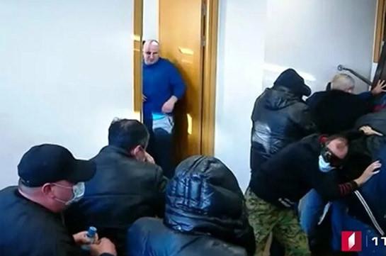 Более 20 человек задержали у офиса оппозиционной партии в Тбилиси