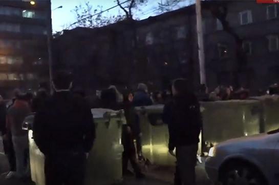 Դաշնակցական երիտասարդներն աղբարկղերով փակել են Խանջյան փողոցը