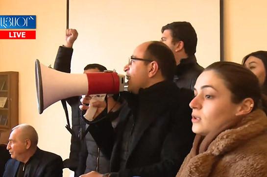 Демонстранты ворвались в здание ЕГУ и проводят акцию по требованию отставки Пашиняна (Видео)