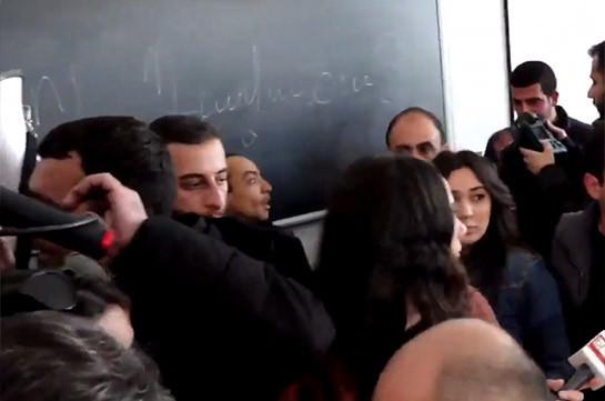 Ուսանողները գրատախտակին գրել են «Նիկո՛լ, դավաճան» (Տեսանյութ)