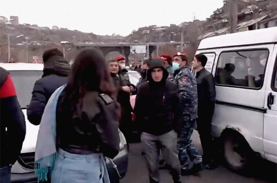 Մայրաքաղաքի կենտրոնական փողոցներում քաղաքացիներն անհնազանդության ակցիաներ են իրականացնում. կա բերման ենթարկված