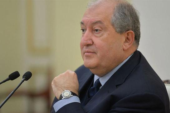 Президент Армении отправился в ГШ ВС, где встретился с Оником Гаспаряном