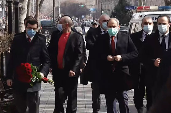 В день рождения Спарапета Никол Пашинян не посетил военный пантеон «Ераблур», он возложил цветы к памятнику Вазгену Саркисяну на улице, носящей его имя