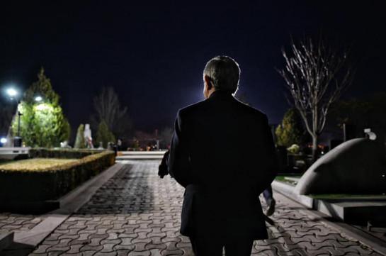 Սերժ Սարգսյանը «Եռաբլուր» պանթեոնում հարգանքի տուրք է մատուցել Վազգեն Սարգսյանի հիշատակին (Լուսանկարներ)