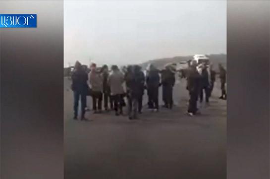 Родственники военнопленных с раннего утра перекрыли все ведущие в Ширакскую область дороги