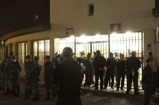 Родители пропавших без вести военнослужащих открыли подъезды к министерству обороны