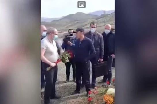 Վայոց Ձորում զոհվածի հարազատը Փաշինյանին թույլ չտվեց մոտենալ գերեզմանին. News.am (Տեսանյութ)