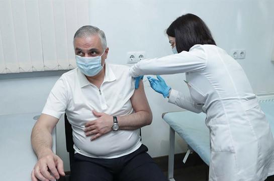 И.о. вице-премьера Армении Григорян вакцинировался российской вакциной «Спутник V»