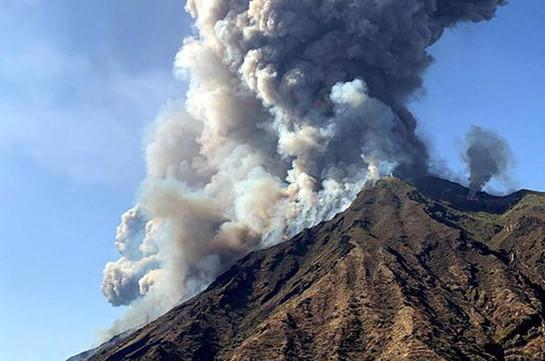 Вулкан Эбеко на Курилах выбросил пепел на высоту 3 км