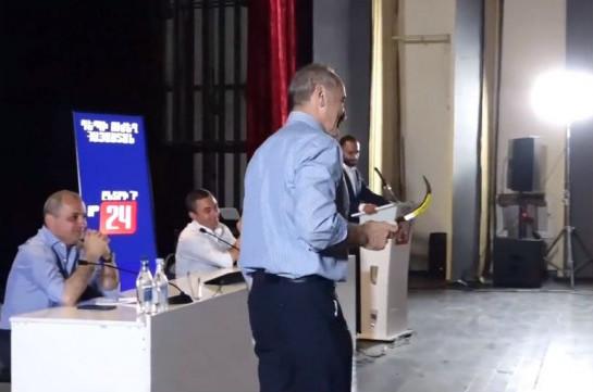 «Այս մանգաղով քաղաքական մոլախոտերին հնձեք». Վարդենիսում Քոչարյանին մանգաղ նվիրեցին (Տեսանյութ)