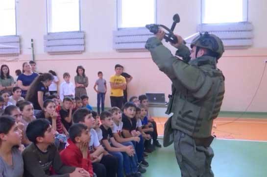 Ռուս խաղաղապահներն ինտերակտիվ դաս են անցկացրել Մարտունու շրջանի միջնակարգ դպրոցում