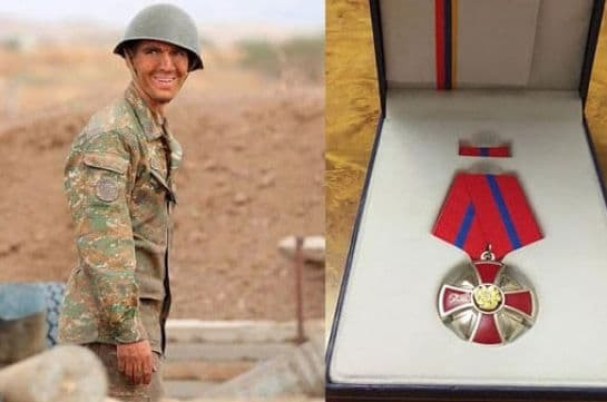 «Զինվոր, ներիր ինձ, եթե կարծում ես` թերացել եմ ծառայությանս ընթացքում». Եռաբլուրում պետական մի պաշտոնյա իր շքանշանը թողել է Ալբերտ Հովհաննիսյանի շիրմաքարին. Լուսանկարներ