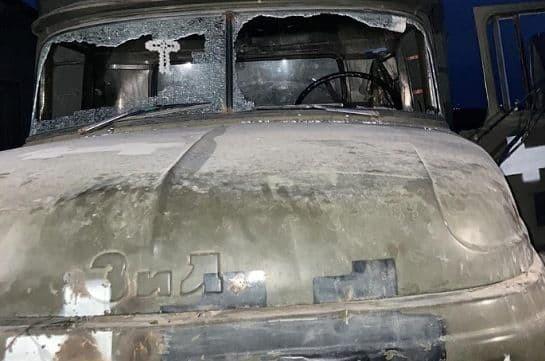 Ադրբեջանցիները թիրախային կրակ են արձակել Երասխի հատվածում սնունդ տեղափոխող մեքենայի վրա. ՊՆ (Լուսանկար)
