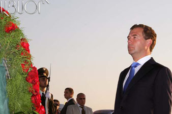 Medvedev laid wreath at the memorial of Armenian Genocide victims
