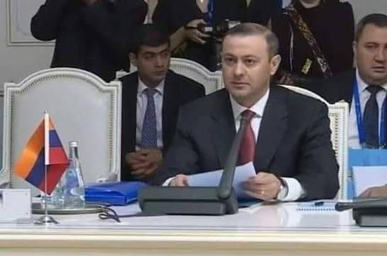 ՀԱՊԿ նիստին Հայաստանի ԱԽ քարտուղարի դիմաց Կոլումբիայի դրոշ է դրվել