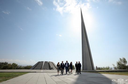 Члены делегации Франции посетили мемориальный комплекс «Цицернакаберд» и пантеон «Ераблур»