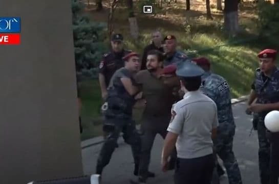 «Никол, ты ответишь за убийство парней» – гражданин Пашиняну в военном пантеоне «Ераблур» (Видео)