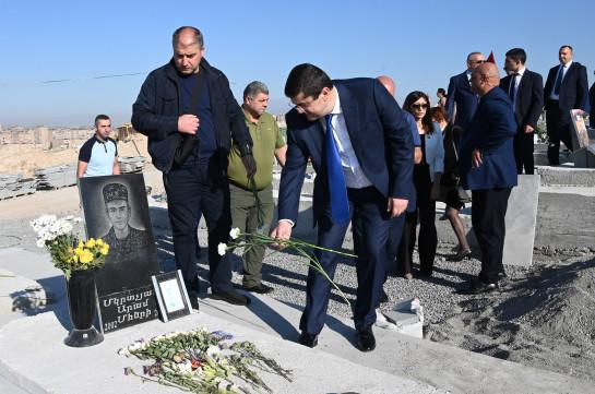 Араик Арутюнян посетил военный пантеон «Ераблур»