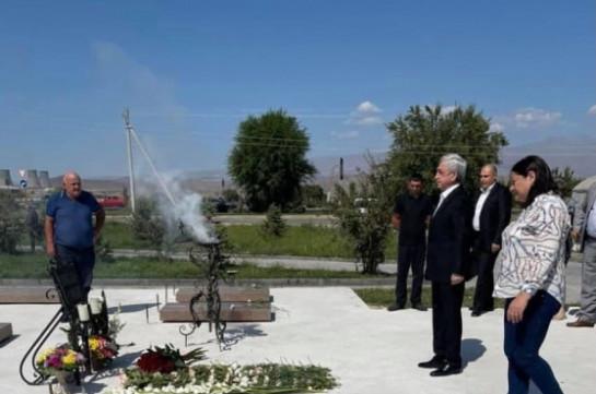 Третий президент Армении Серж Саргсян воздал дань уважения погибшим за независимость Отечества, посетил могилу Героя Арцаха Манвела Григоряна
