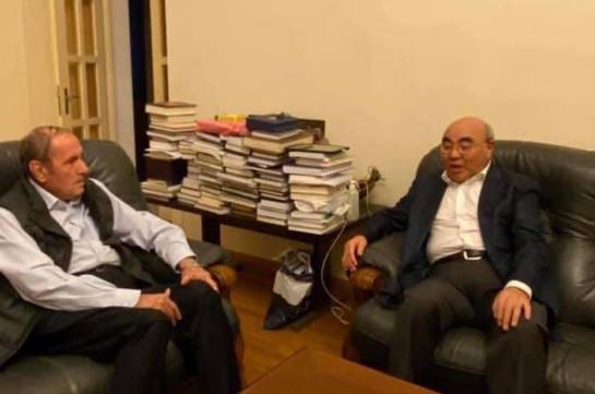 Լևոն Տեր-Պետրոսյանն իր առանձնատանը հյուրընկալել է Ղրղզստանի նախկին նախագահ Ասկար Ակաևին