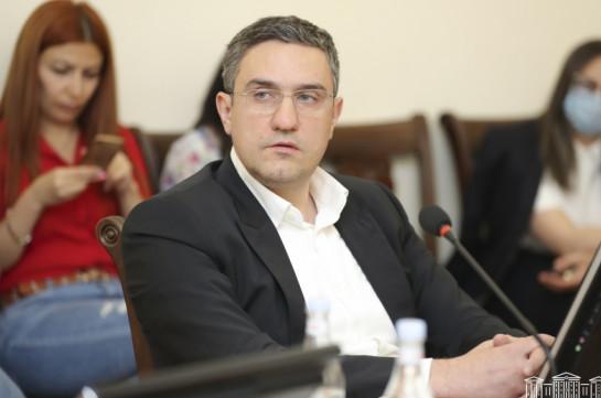 Артур Казинян покинул заседание постоянной комиссии по вопросам обороны и безопасности, Андраник Кочарян предложил правовое решение