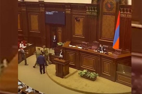 Տեսանյութ.Լարված վիճակ՝ ԱԺ–ում. Գեղամ Մանուկյանին քարշ տալով հեռացրեցին Ազգային ժողովի դահլիճից