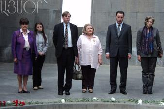 Делегация британских парламентариев почтила память жертв Геноцида